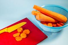 刀子和切好的红萝卜 免版税库存照片