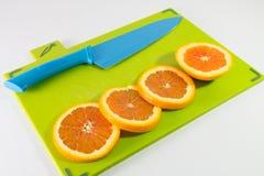 刀子和切片桔子 免版税库存图片