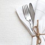 刀子和叉子与白色亚麻布 免版税库存图片