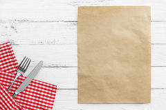 刀子和叉子与红色桌布在白色桌上 免版税库存图片