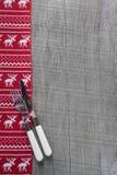 刀子和叉子在木圣诞节背景在红色的人 免版税图库摄影