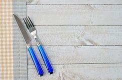 刀子和叉子在木背景 免版税库存照片