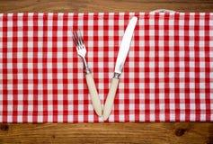 刀子和叉子在餐巾在木 图库摄影