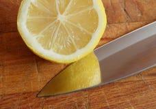 刀子柠檬 库存照片