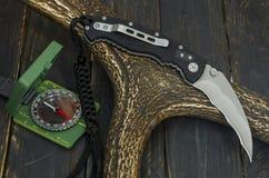 刀子的反面有夹子的 有黑塑料把柄的刀子 免版税库存图片