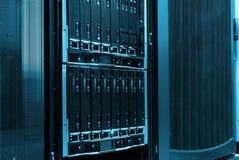 刀片在一系列的计算机主机的服务器特写镜头在数据中心 免版税图库摄影
