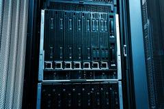 刀片在一系列的计算机主机的服务器特写镜头在现代数据中心 蓝色口气 库存照片
