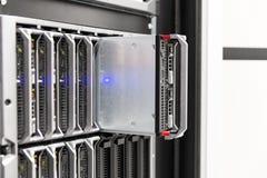 刀片在大企业datacenter的服务器机架 免版税图库摄影