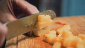 刀片的特写镜头,当切煮的土豆时 准备沙拉的过程 股票视频