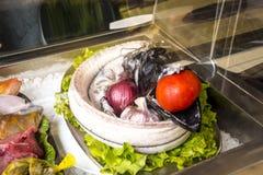 黑刀鞘鱼在圣玛丽亚街上的餐馆在丰沙尔马德拉岛 库存照片