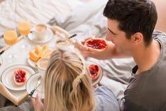 分享一顿松弛早餐的丈夫和妻子 库存照片