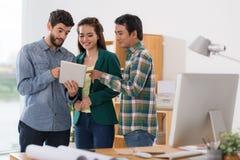 分享与同事 免版税库存照片
