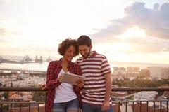 分享与日落的愉快的夫妇 免版税库存照片