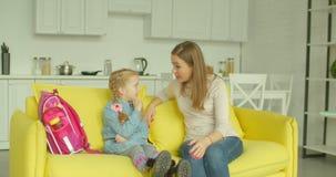 分享与母亲的可爱的女孩关于时代 股票视频