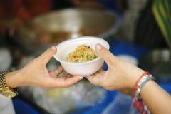 分享为了贫寒的食物的概念能缓和饥饿:哺养帮助的贫穷的社会问题:捐赠食物给人  库存图片