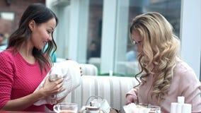 分享他们新的购买的两年轻女人互相 股票录像