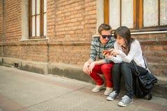分享信息的年轻都市夫妇 免版税图库摄影