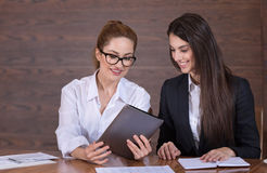 分享关于工作的女性同事想法 免版税库存图片
