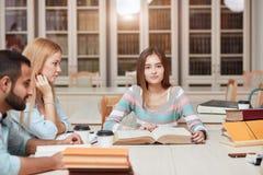 分享国际朋友概念的同学教室 免版税库存照片