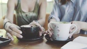 分享在咖啡馆的两个妇女朋友咖啡 免版税图库摄影