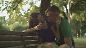 分享在线的无忧无虑的夫妇音乐与耳机 股票录像