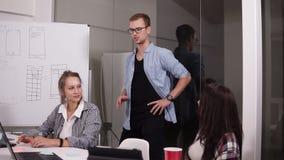 分享她的见解的格子花呢上衣的少妇与工友在会议室里在业务会议期间 专家队 影视素材