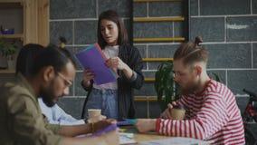 分享文件的少妇与工友有起始的介绍在现代办公室 股票视频