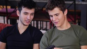 分享智能手机的年轻人与朋友 股票录像