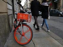 分享服务都灵意大利2018年11月11日的Mobike自由浮动自行车 库存图片