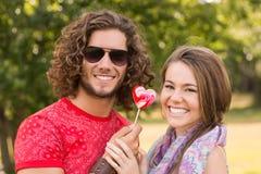 分享棒棒糖的逗人喜爱的夫妇 图库摄影