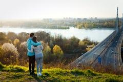 分享浪漫片刻的愉快的年轻运动的夫妇 库存照片