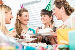 分享生日蛋糕的美丽的女性最好的朋友 库存照片