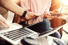 分享电子小配件的年轻工友队在网上遇见报告 Businessmans起始的创新技术 库存图片