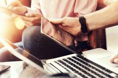分享电子小配件的年轻工友队在网上遇见报告 Businessmans起始的创新技术 免版税库存照片