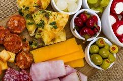 分享盛肉盘的开胃小菜 免版税库存图片