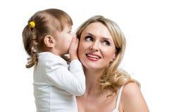 分享秘密的孩子与母亲 库存照片