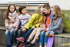 分享秘密的孩子如谈话 图库摄影