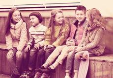 分享秘密的孩子如谈话 免版税库存图片