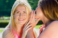 分享秘密的对妇女互相 免版税库存图片