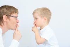 分享秘密的父亲和儿子 库存图片