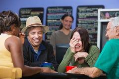 分享笑话的不同的人民 免版税库存照片