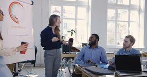 分享经验的正面年轻吸引人女商人与多种族同事在现代办公室会议 影视素材