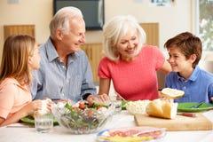 分享膳食的家庭 免版税库存照片
