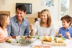 分享膳食的家庭 图库摄影