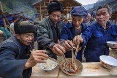 分享食物在村庄节日,村民庆祝起点 免版税图库摄影