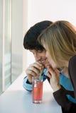 分享饮料的夫妇 免版税库存照片