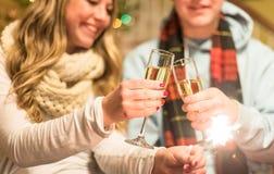 分享香槟的年轻夫妇 免版税库存照片
