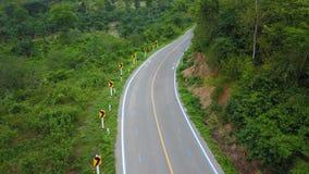 分享len在自行车和汽车之间在乡下公路 免版税库存图片
