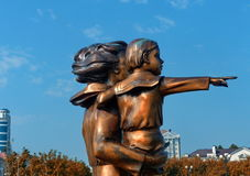分割纪念碑`对水手` s妻子在江边的母亲和儿童`在海洋驻地附近 特写镜头 Novorossiysk,俄国 库存图片