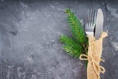 分叉与在袋装的一把刀子在灰色背景 免版税库存照片
